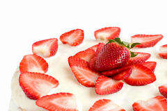 Geïsoleerde witte die aardbeicake met eierenwit en gelatine wordt behandeld Royalty-vrije Stock Foto's