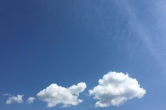 Geïsoleerde witte wolken op blauwe hemel Reeks geïsoleerde wolken over blauwe achtergrond De elementen van het ontwerp Witte geïs Stock Foto