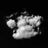 Geïsoleerde witte wolken op zwarte hemel Reeks geïsoleerde wolken over zwarte achtergrond De elementen van het ontwerp Witte geïs Stock Foto's
