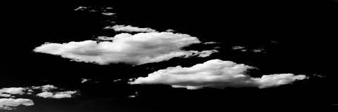 Geïsoleerde witte wolken op zwarte hemel Reeks geïsoleerde wolken over zwarte achtergrond De elementen van het ontwerp Witte geïs Stock Foto