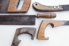 Geïsoleerde zaag/oude handsaw - uitstekende hulpmiddelen stock afbeelding