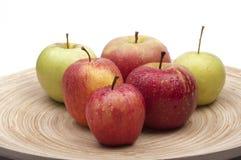 Geïsoleerdea appelen op bamboeschotel Stock Fotografie