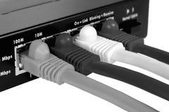 Geïsoleerdeb router en kabels B&W stock fotografie