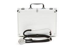 Geïsoleerdeb stethoscoop en geval Stock Foto's