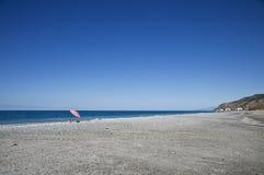 Geïsoleerdeb strandparaplu Stock Foto