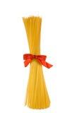Geïsoleerded schacht van spaghetti met rode boog, Stock Afbeelding
