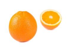 Geïsoleerdee één en halve sinaasappelen Stock Afbeelding