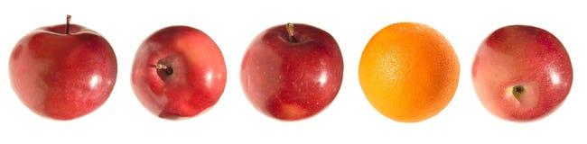 Geïsoleerdee appelen en sinaasappel, stock fotografie