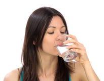 Geïsoleerdee het drinkwater van de vrouw stock afbeelding