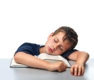Geïsoleerdee jongen die over dik boek droomt Royalty-vrije Stock Afbeeldingen