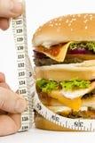 Geïsoleerdee REUSACHTIGE hamburger op schalen Stock Foto