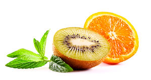 Geïsoleerdee sinaasappel en kiwi Stock Foto's