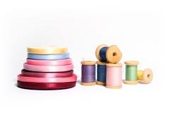 Geïsoleerdee spoelen van gekleurde draden met lint Royalty-vrije Stock Fotografie