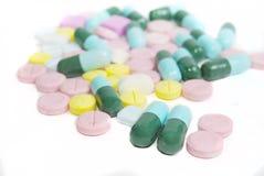 Geïsoleerdee tabletten en capsules Stock Afbeelding