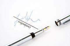 Geïsoleerdee vulpen op ondertekend document stock foto