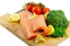 Geïsoleerdei verse ruwe rode vissen met groenten Stock Afbeelding
