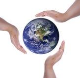Geïsoleerdej witte handen en Aarde Stock Foto's