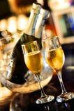 Geïsoleerdel glazen van champagne en fles Stock Foto