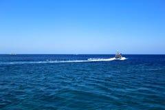 Geïsoleerden boot op oceaan Stock Afbeeldingen