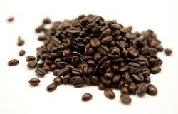 Geïsoleerden de bonen van de koffie Royalty-vrije Stock Afbeeldingen