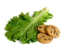 Geïsoleerder sla of koekjes en dieet of dessert Stock Afbeelding