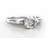 Geïsoleerdes het huwelijksgift van de Ring van de diamant Stock Foto
