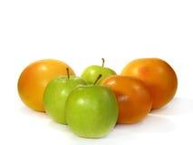 Geïsoleerdet grapefruit en groene appelen Stock Fotografie