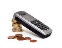 (Geïsoleerdeu) mobiele telefoon en geld stock afbeeldingen