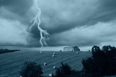 Geïsoleerdg landbouwbedrijf onder bewolkte hemel stock afbeelding