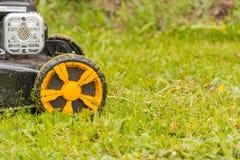Geïsoleerdk op witte achtergrond, het knippen weg Maai het gazon met een grasmaaimachine royalty-vrije stock fotografie