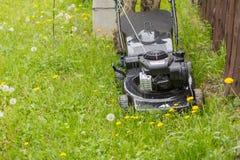 Geïsoleerdk op witte achtergrond, het knippen weg Maai het gazon met een grasmaaimachine royalty-vrije stock foto