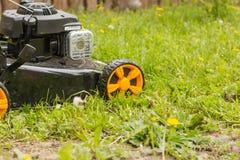 Geïsoleerdk op witte achtergrond, het knippen weg Maai het gazon met een grasmaaimachine stock fotografie