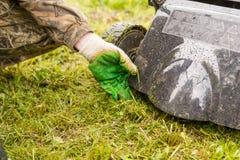 Geïsoleerdk op witte achtergrond, het knippen weg Maai het gazon met een grasmaaimachine stock afbeeldingen