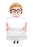 Grappige nerdy kerel die laptop het scherm met uw tekst tonen Stock Afbeeldingen