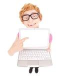 Grappige nerdy kerel die laptop het scherm met uw tekst tonen Stock Fotografie