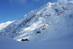 Geïsoleerdr chalet in de bergen Stock Afbeelding