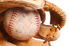 GeïsoleerdX softball in mitt Stock Afbeeldingen