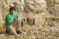 Geólogo novo que estuda o tipo da rocha Foto de Stock Royalty Free