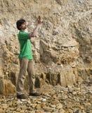 Geólogo novo que estuda o tipo da rocha Fotos de Stock