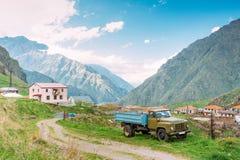 geórgia GAZ-53 - Caminhão soviético do russo que estaciona perto da vila Tsdo Fotografia de Stock