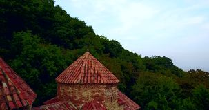 Geórgia, Kakheti Igreja de Gurjaani Kvelatsminda perto do vale de Alazan Vista pelo zangão aéreo filme
