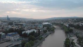 GEÓRGIA, TBILISI - 2 DE JUNHO DE 2018: Vídeo aéreo Centro velho de Tbilisi de cima de Opini?o superior do zang?o na parte hist?ri video estoque