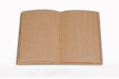 Geöffnet bereiten Sie das braune Buch auf, das auf weißem backgrou getrennt wird Lizenzfreie Stockfotos