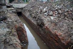 Geöffnet für die Reparatur des Abwasserkanaltunnels mit Abwasser Lizenzfreies Stockfoto