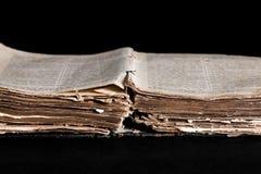 Geöffnete alte Bibel auf dem Tisch Stockbild