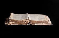 Geöffnete alte Bibel auf dem Tisch Stockfotografie
