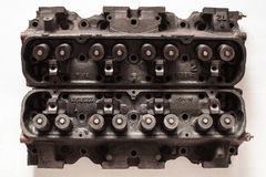 Geöffnete alte V8-Motorköpfe, die Ventile und Frühlinge zeigen Stockbilder