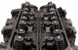 Geöffnete alte V8-Motorköpfe, die Ventile und Frühlinge zeigen Stockbild