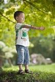 Geöffnete Arme des asiatischen Kindes stockfotos