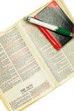 Geöffnete Bibel, Feder und Notizbuch. Lizenzfreies Stockbild